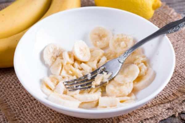 Измельчение банана при помощи вилки