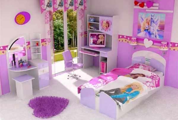 На постельном белье барби, над кроватью тоже, на полу коврик в виде сердца, на шкафчике изображение любимых героев