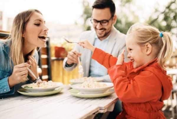 Вся семья кушает за одним столом