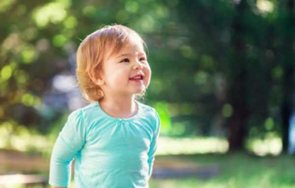Улыбающаяся девочка на прогулке