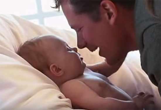 Ребенок улыбается папе