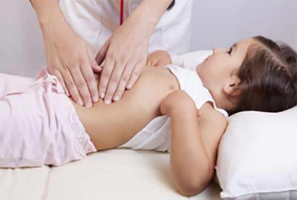 Пальпация брюшной полости ребенка