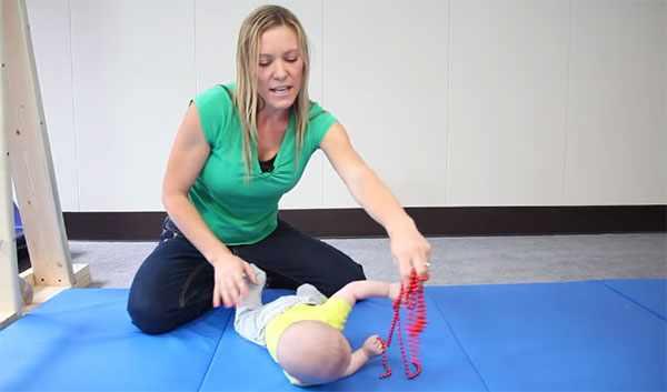 Малыш тянется за игрушкой и переворачивается
