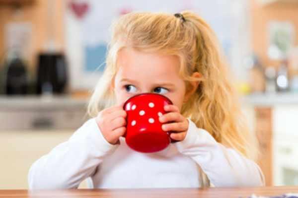 Девочка пьет из чашки