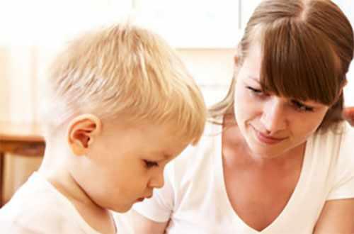 Мама беседует со своим маленьким сыном