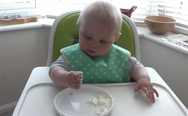Малыш ест творог