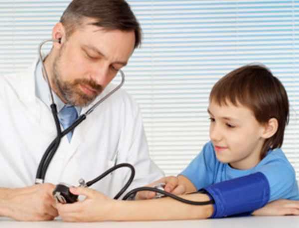 Доктор меряет давление у мальчика