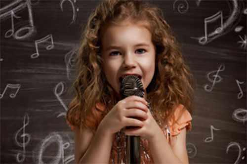 Девочка с микрофоном, поет