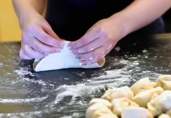 Склеивание краев пирожка