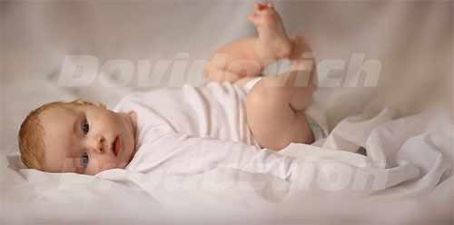 Малыш дергает ножками