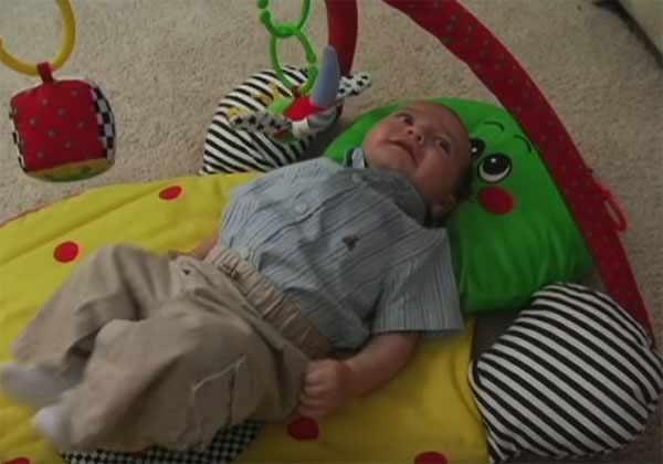 Малыш играется на развивающем ковре