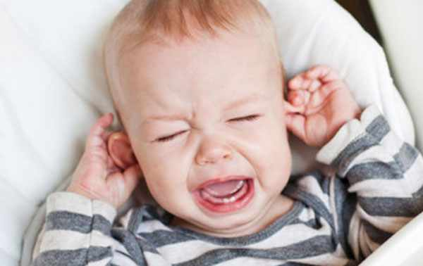Малыш плачет и крутит ушки