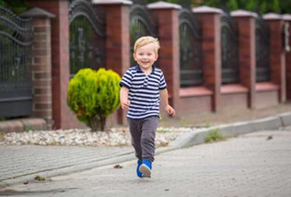 Ребенок шагает по улице