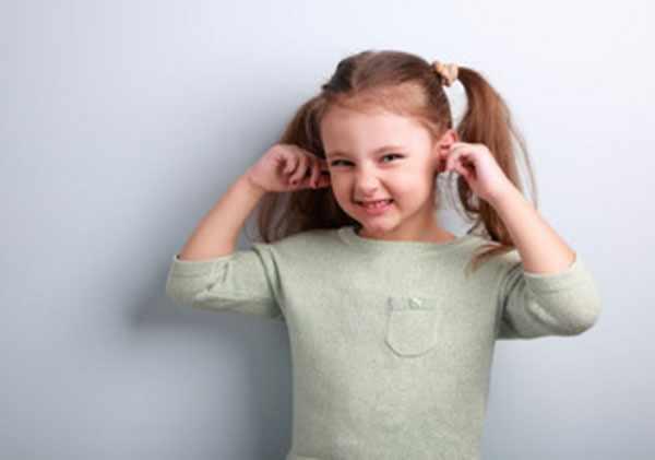 Девочка скривилась, вставила пальцы в уши