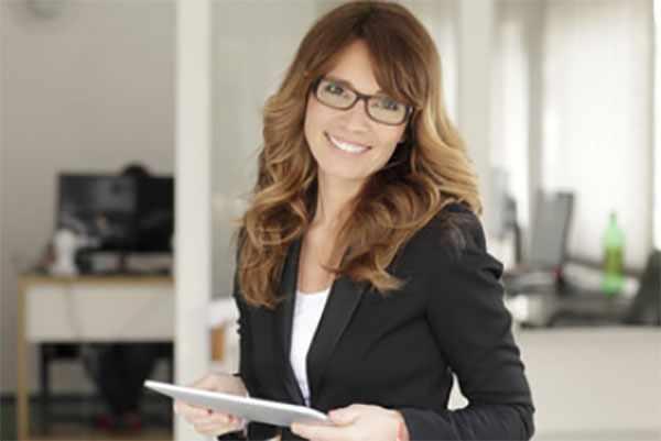 Женщина в деловом костюме и очках