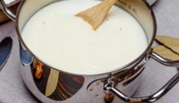 Кастрюля с молоком и лопаткой