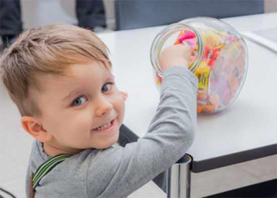 Ребёнок вытягивает конфетку