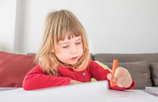 Девочка пишет левой рукой