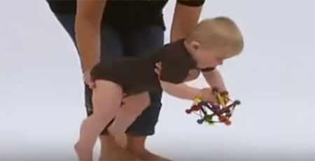 Малыш изучает игрушку