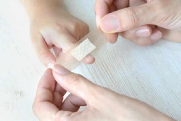 Накладывание пластыря на палец