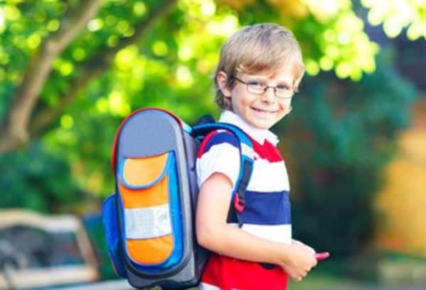 Мальчик в очках с рюкзаком на спине