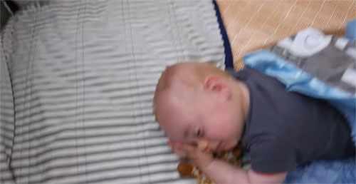 Ребенок в 10 месяцев спит