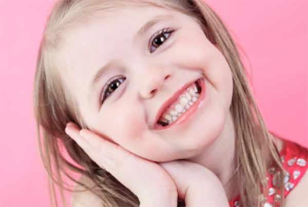 Красивая девочка улыбается