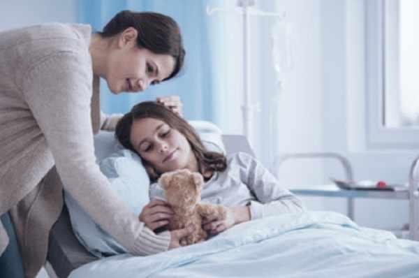 Девочка в больнице. Рядом мама