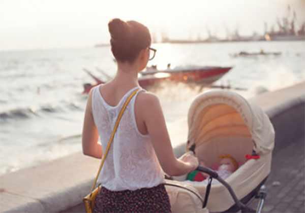 Женщина гуляет с коляской