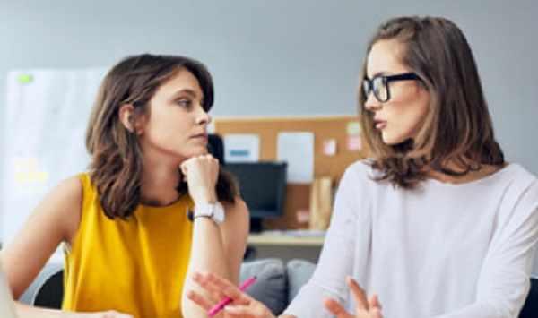 Мама разговаривает с учительницей