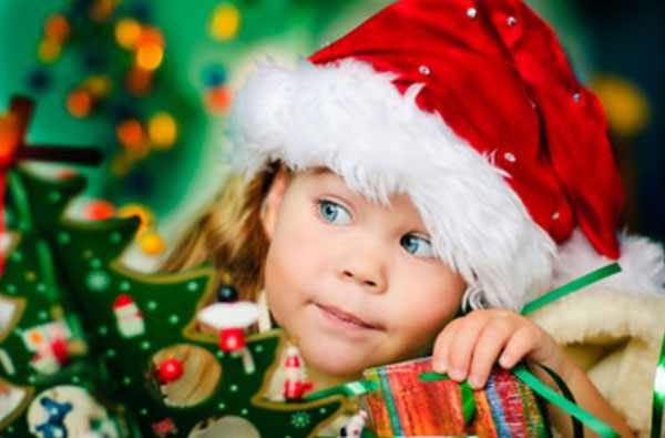 Девочка в новогодней шапочке