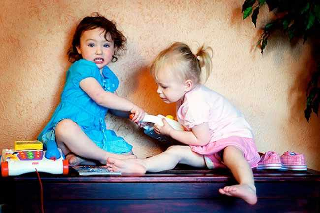 Девочки дерутся за игрушки