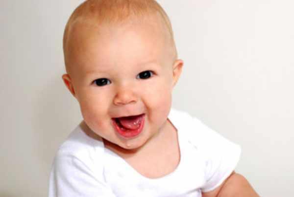 Веселый ребенок с короткими волосами