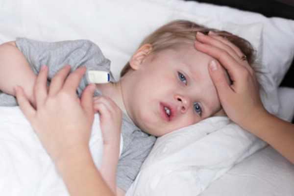 Ребенок с температурой лежит в постели