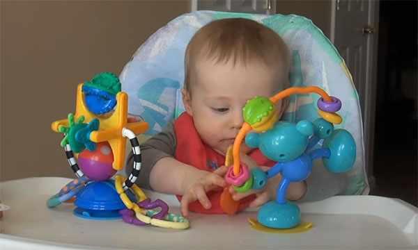 Ребенок 7 месяцев играется