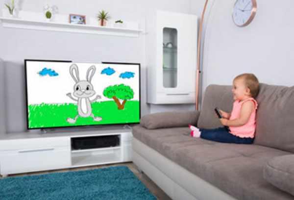 Девочка смотрит мультик по телевизору
