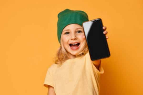 Счастливая девочка со смартфоном в руке
