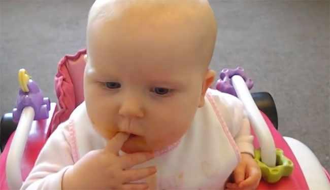 Малыш в 9 месяцев кушает