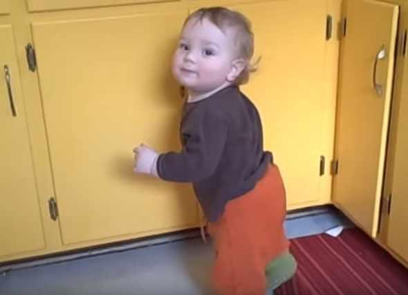 Ребенок открывает дверцу