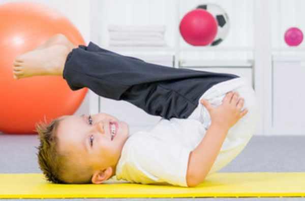 Мальчик занимается гимнастическими упражнениями