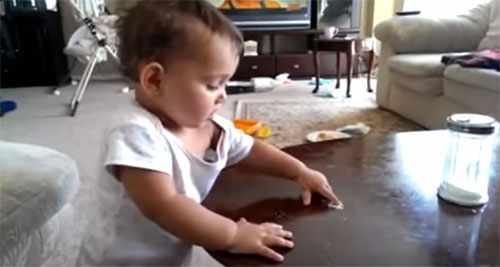 Ребенок ест сахар