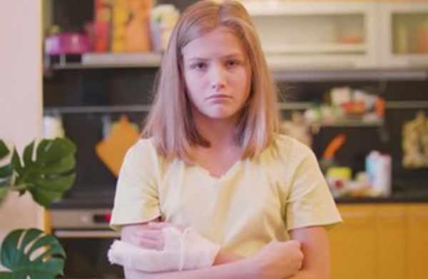 Расстроенная девочка с переломом пальца. Кисть и палец забинтованы