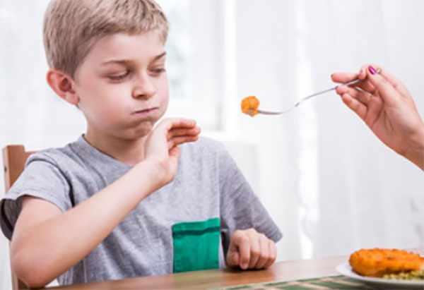 Ребенок отказывается от мяса, которое ему преподносят на вилке