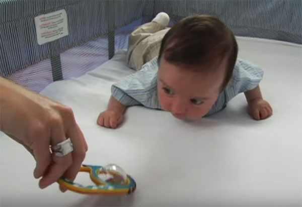 Ребенок тянется за игрушкой