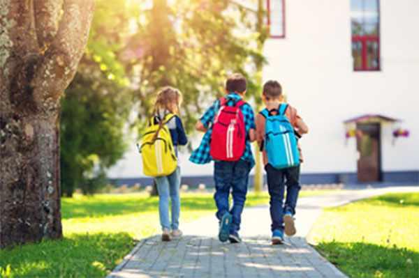 Трое одноклассников идут в школу
