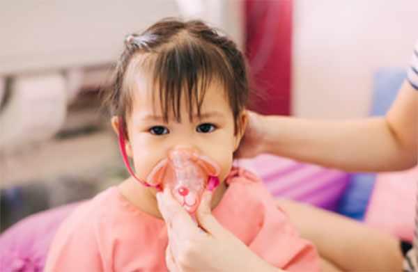 Девочка в кислородной маске