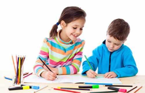 Мальчик и более взрослая девочка рисуют карандашами
