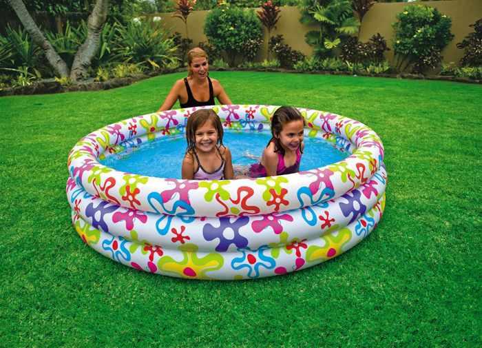 Дети с мамой в бассейне