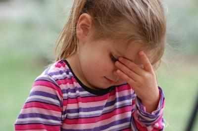 Боль в ухе ребенка от головной боли