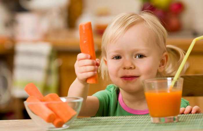 Морковь в руке ребенка